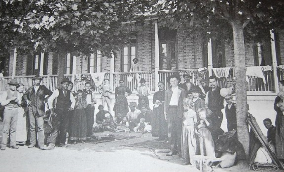 Foto:Guilherme Gaensly / Memorial do Imigrante Imigrantes no pátio central da Hospedaria dos Imigrantes de São Paulo, na década de 1890