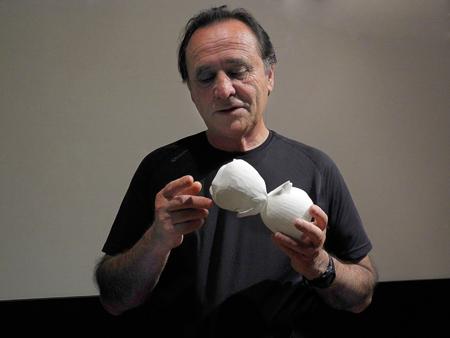 Foto: Divulgação / IAGAstrônomo Augusto Damineli mostra deformações do Homúnculo em modelo 3D produzido pelo Centro de Tecnologia da Informação Renato Archer (CTI – Campinas) a partir do novo mapeamento da nebulosa