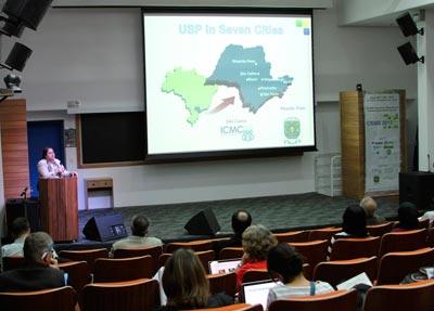 Foto: Denise Casatti – Assessoria de Comunicação do ICMC  Uma das coordenadoras gerais do Simpósio, professora Agma Traina, do ICMC, durante a abertura do evento