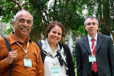Foto: Denise Casatti – Assessoria de Comunicação do ICMC  Rangayyan (à esquerda), professora Agma Traina e Gutierrez