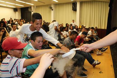 O show de Física, realizado no Instituto de Física da USP: ciência ensinada de forma criativa, lúdica e divertida Foto: Marcos Santos