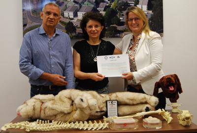 Professora Julia Matera, ao centro, recebendo o prêmio da representante do World Animal Protection - Foto: Assessoria de Comunicação/FMVZ-USP